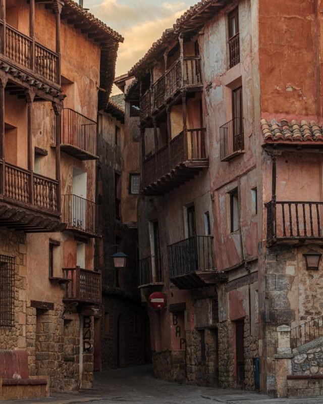 A distinct lack of grandeur here, but that's exactly why this is one of my favourite shots from Albarracín. Although the city itself is breathtaking from a distance, venturing down these dark, narrow alleyways at random to discover yet another hidden gem at the end was definitely the highlight of our visit for me.  #Albarracin #spain #spaintravel #travel #traveleurope #urban #alley #explore #natgeotravel #yourshotphotographer #natgeoyourshot #seetheworld #bucketlist